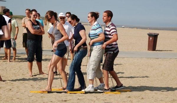 Foto Van Team In Actie Tijdens Bedrijfsuitje Zeskamp