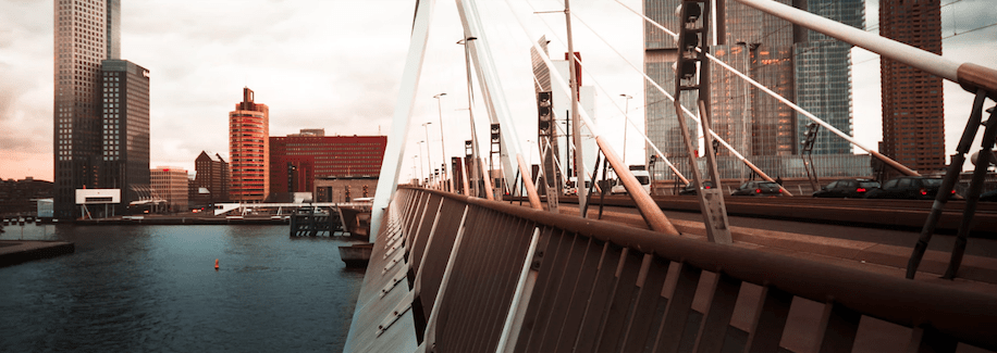 foto brug tijdens teamuitje stadswandeling rotterdam